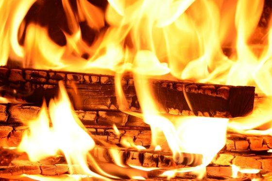 oszczędzanie na ogrzewaniu - kominek i ogień