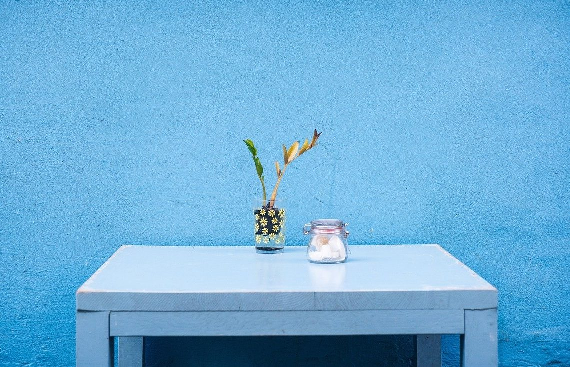 pastelowo niebieski kolor ściany w domu
